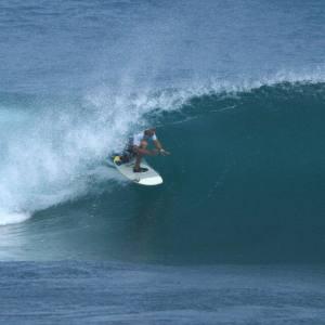 Victor surfeando