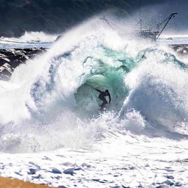 Imagen de Un tubo, una orillera, una contraola | Surf AHIERRO!